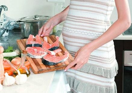 Ilustrasi manfaat ikan salmon untuk ibu hamil