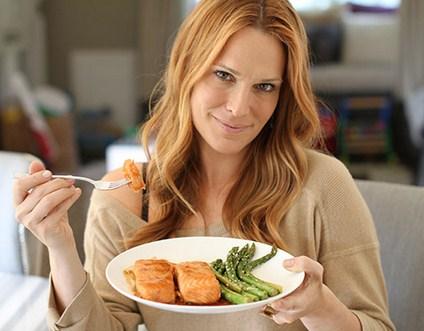 Wanita makan salmon
