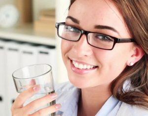 Wanita minum air putih