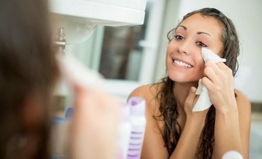 Membersihkan make up